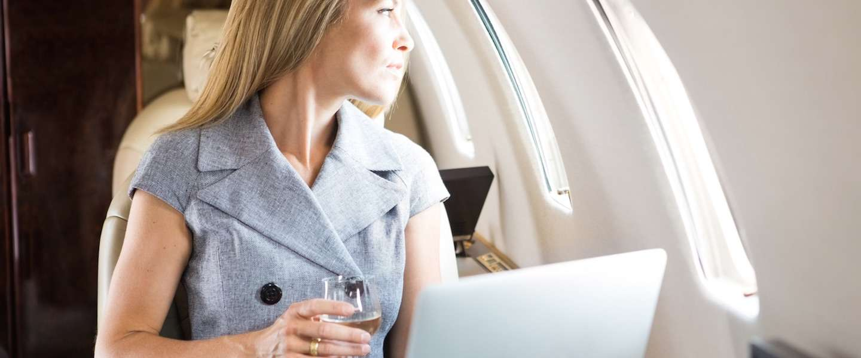 Alcohol drinken in het vliegtuig, is dat wel een goed idee?