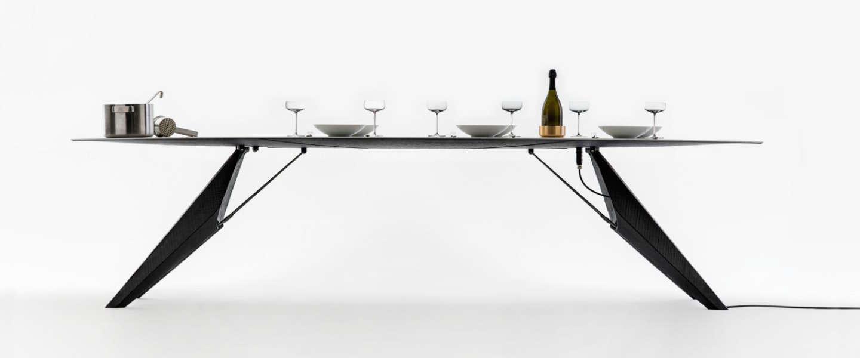 Deze slimme tafel houdt je eten warm en je drinken koud