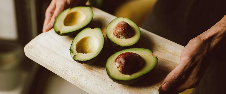 Stop met gebruiken van een mes om een avocado te ontpitten