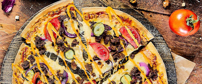 Cheeseburger pizza terug op het menu bij Domino's