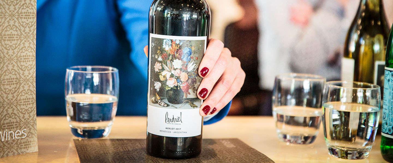 KLM lentewijnen met unieke wijnlabels Hollandse Meesters