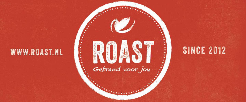 Roast viert met koffiepakket juni vrouwelijke koffiebranders
