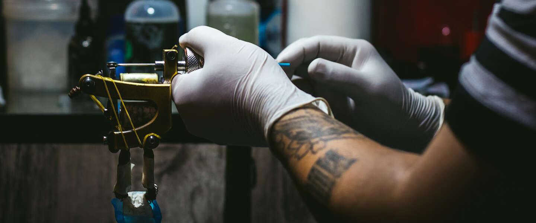 Amerikaan laat logo Albert Heijn in gezicht tatoeëren