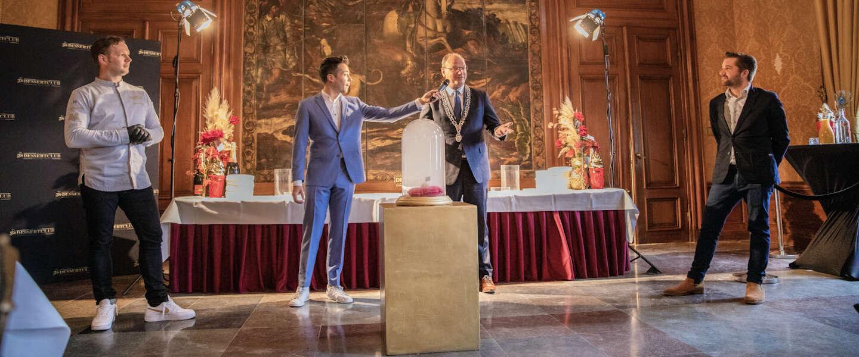Burgemeester Apeldoorn presenteert eerste zoete bitterbal van Nederland