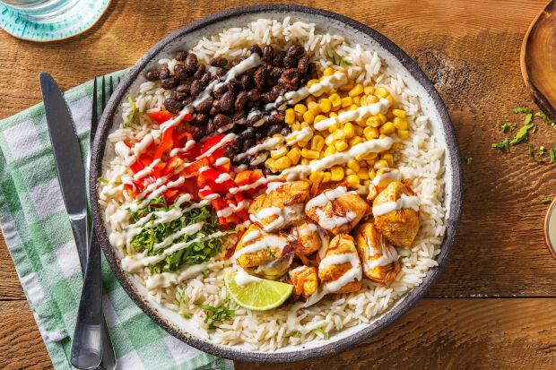 Mexicaanse bowl met kipfilet, rijst, bonen en maïs.