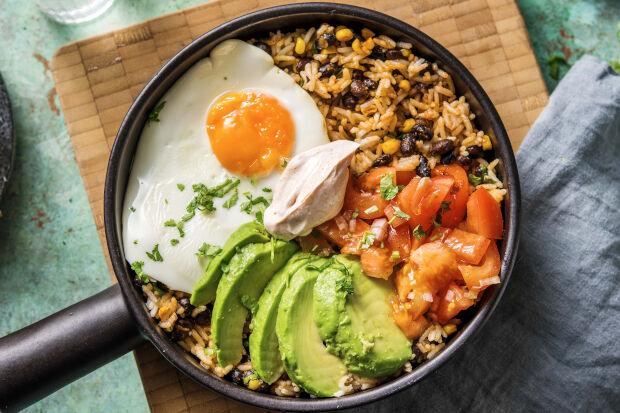 Snelle Mexicaanse bowl met avocado, ei, zwarte bonen