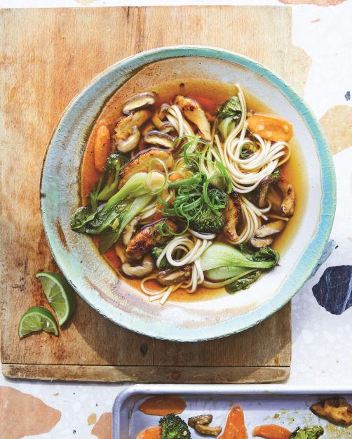 Udonnoedelsoep met groenten en kip_art