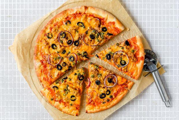 Visvrije tonijn pizza met zwarte olijven en cheddar - Seasogood - liggend