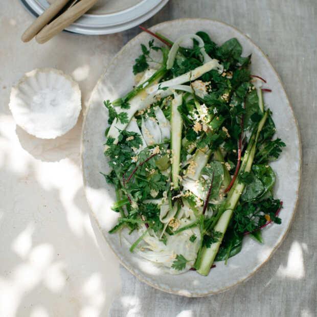 Salade van dungeschaafde asperges met venkel en geraspte ei uit Salad Days