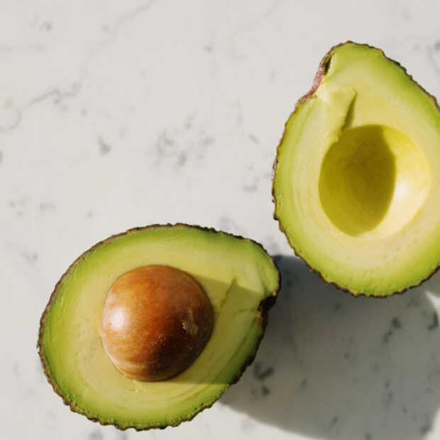 Dit is de makkelijkste manier om een avocado te ontpitten