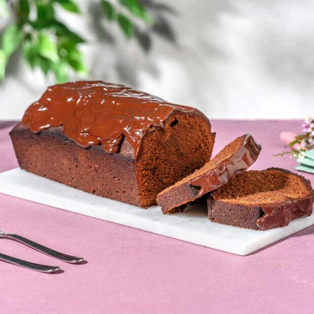 Zo bak je een makkelijke chocoladecake met een ganache van pure chocolade