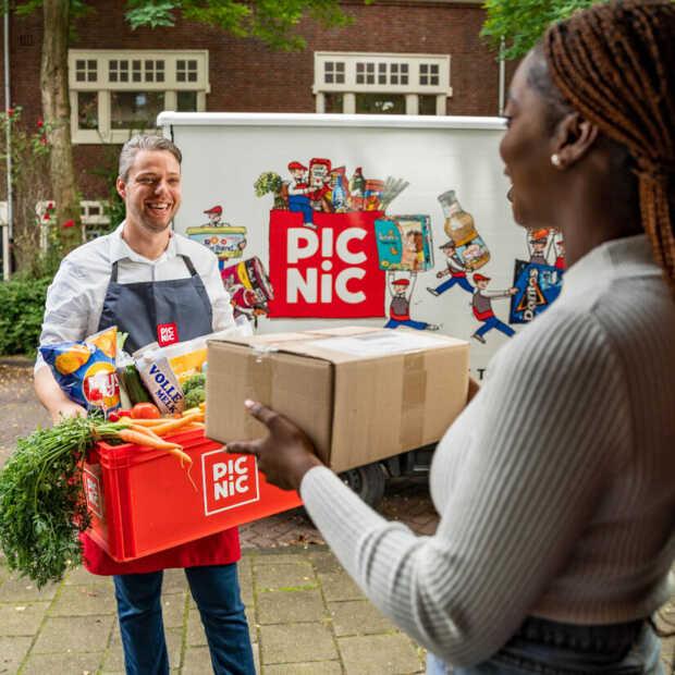 Pakketten van DHL meegeven aan bezorgers Picnic