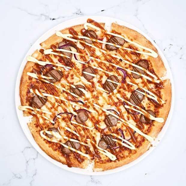 Domino's zet bijzondere pizza op de kaart, namelijk een pizza frikandel speciaal