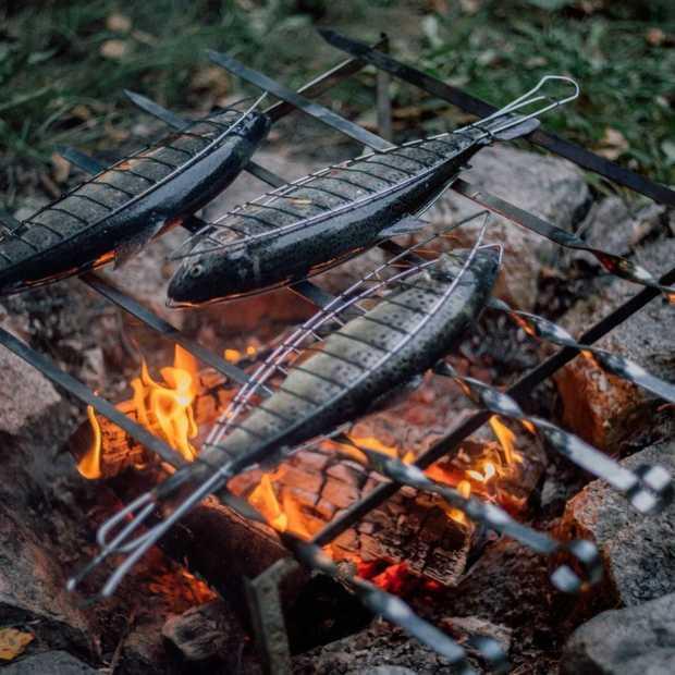 In de winter buiten koken op hout