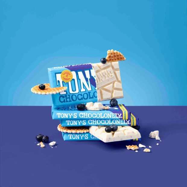 Tony's Chocolonely introduceert nieuwe estafettereep wit-blauwe bes-wafel