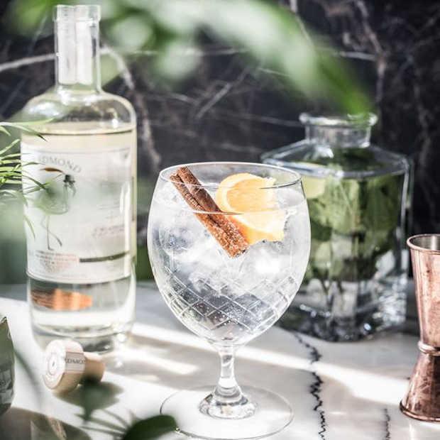 Drie cocktails met een twist gemaakt met gin