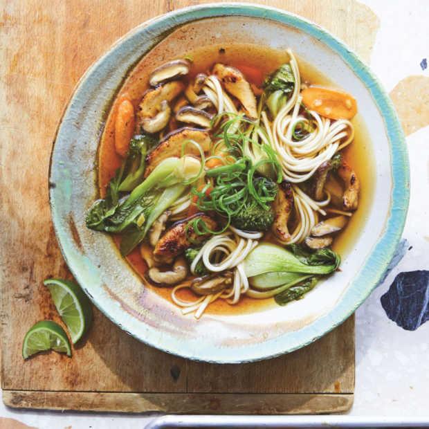 Udonnoedelsoep met groenten en kip geglaceerd met miso