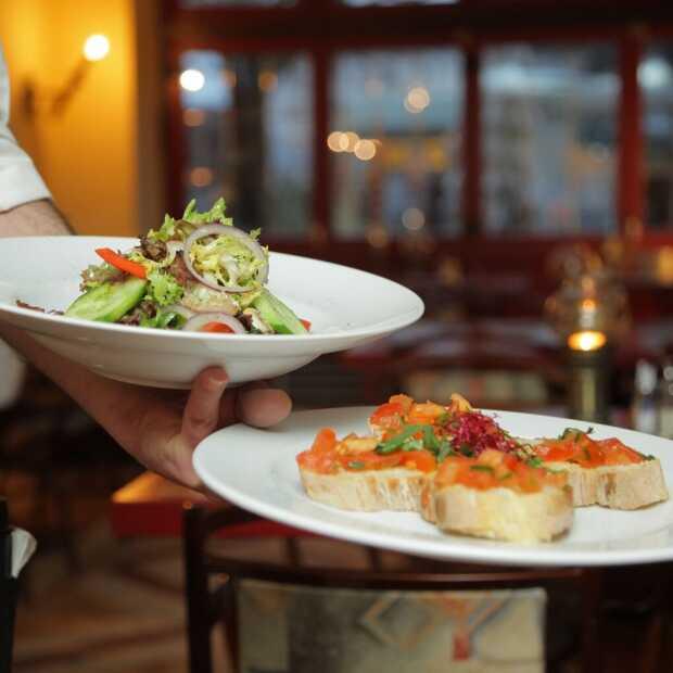 Personeelstekort door corona noopt restaurants deuren tijdelijk te sluiten