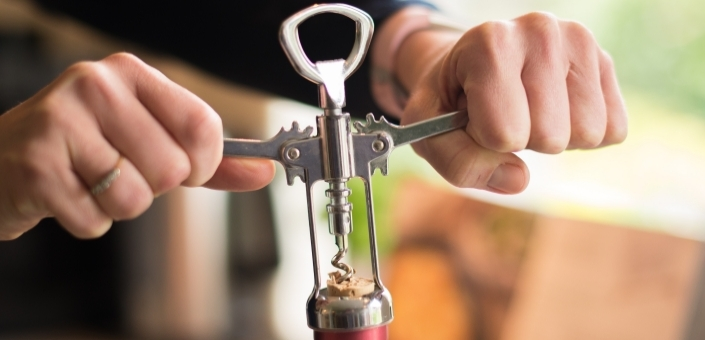 Zes manieren om een fles wijn te openen als je geen kurkentrekker hebt
