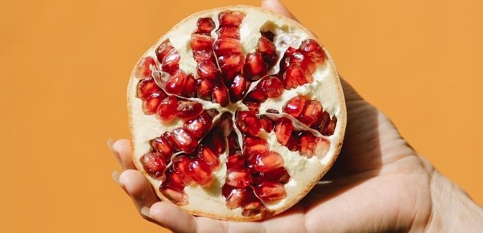 Zo snijd je een granaatappel zonder dat je daarna de hele keuken moet poetsen